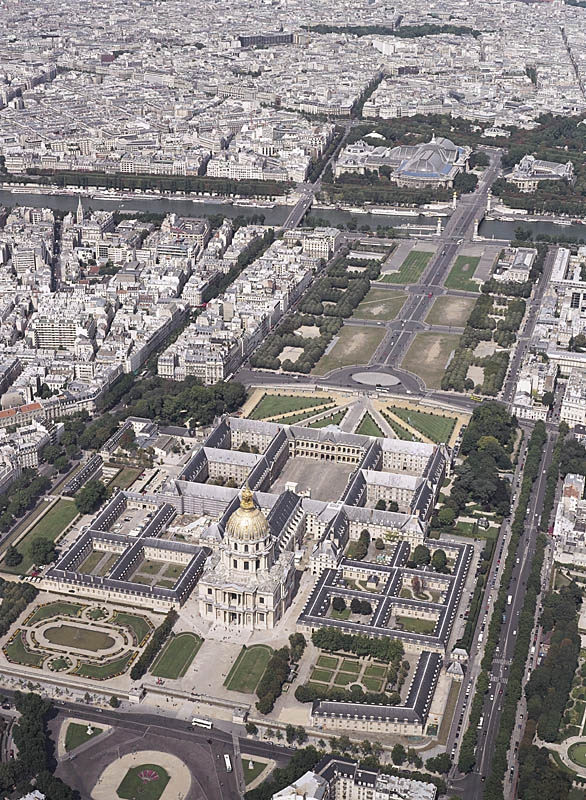 Les Invalides, Paris, a home and hospital for aged and unwell war veterans. Louis XIV commissioned architects Libéral Bruant and Jules Hardouin Mansart. [Image source]